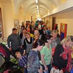 Viele Besucher und Besucherinnern warten am Tag der offenen Tür schon gespannt auf den Kasperl...