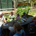Bäuerin Andrea erklärt den Kindern und Erwachsenen die Verhaltensregeln.