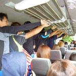 宿とグラウンド間のバスの中