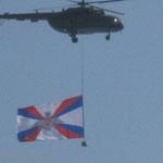 Mil Mi-8 Helikopter mit Flagge der Russischen Streitkräfte