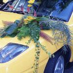 Een sportieve auto met een 'snel' bloemstuk.