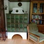 Kachelofen und Bibliothek