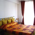 sypialni z łóżkiem małżeńskim wraz z klimatyzacja