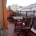 einem Balkon mit Blick auf die Hauptstraße des Ortes