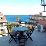 grande terrasse avec vue dégagée sur la mer, avec la possibilité prendre les repas dehors.