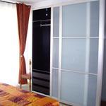 einem Schlafzimmer mit Doppelbett