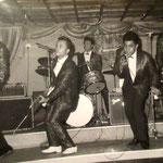 "THE HOT STRINGS (september 1963  in Palais de Danse, München). vlnr: Loek Nicolai, Ronny Domingus, Albert van Haasen, Eddy Wannee en ""Jesus"" ?"