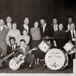 The Four Tielman Brothers - Hotel De Schuur, Breda. Poseren met bekenden na hun eerste officiële optreden op 19 mei 1957.