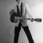 Reggy Tielman met zwarte'Gibson Les Paul 3 pickups gitaar (Black Beauty)