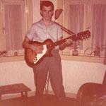 Riny Swinkels ca. 1960 met zijn eerste elec. Egmond gitaar later volgde een Hoyer, Hofner en Fender Stratocaster