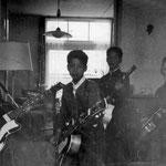 COMBO WAERTS in de huiskamer van de fam. Waerts (dec. 1961) - vlnr: Jan Renken, George Loth, Albert Loth en René Waerts.