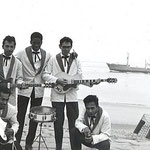 RONNY & his JAVELINS 1961 bij  2e duinovergang Vlissingen vlnr: Boet Saija - Ronny Flohr - Turry Thurnim - Ronnie Jongbloeds - Eugene Lambertus (Popcollectie Henk Feij)