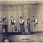 Johnny & The Typhoon Rockers uit Huizen (ca. 1961). Met o.a. Steve Sabander (3e van links) en Abang 'Johnny' Kelatow (4e van links) uit het Molukse woonoord Almere-Huizen.