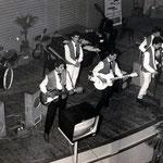 THE REBEL ROCKERS - Haagse Dierentuin, februari 1960 vlnr: Reyn Rozenberg - Chester ? - Udo de Jong - Jacques Moningka - Rudy Racz - Jaap Berkhout Links staat zangeres Ans Bosch, die met begeleiding van de Rebel Rockers het nummer Miss Ann van Little Rich