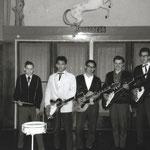 The Black Tornados in danszaal 't Wit Paardje, Tilburg (april 1962) L-R: Harry Bruurs (drums), Rob van Zwieten (zang, gitaar), Frits Jongbloed (gitaar), Jan Bos (gitaar) en Peter Cornelissen (gitaar) The Black Tornados uit Tilburg. in danszaa