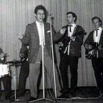 JOHNNY SPACE & his FLYING ROCKETS met gastzanger EDU SCHALK (1961 vlnr: Vic Jut - Rudy de Lion - Edu Schalk - Rein Klooster - Peter van Gorp - Ger Raeimakers