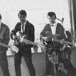 THE SAVAGES ca. 1962 vlnr: Robbie Albinus - Piet Danse - Appie Eerkens - Victor Storm van 's Gravenzande - Kaz Lux (op de voorgrond)