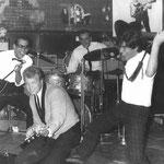Beatclub Scheveningen 1964 - The Black Albinos met ober Jan Spoel - vlnr: ?, Jan Storm, Leo Kapé (drums) en Leo Bennink