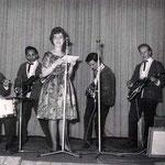 JOHNNY SPACE & his FLYING ROCKETS  (1961) vlnr: Vic Jut - Rudy de Lion - Rein Klooster - Peter van Gorp - Ger Raeimakers + zangeres/omroepster (?) op de voorgrond?