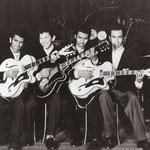 Eerste promotie foto's Hotel De  De Schuur, Breda 1957 als The 4 T's.  Twee witte Egmond Miller gitaren en een donkere Egmond Caledonië.