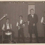 THE BLACK HUNTERS in Hotel Slotania april 1962 -vlnr: Jeffrey Zijmers, Piet Bakker, Jimmy Kalff, Egbert Harms en Gerard de Boer