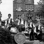 THE BABY ROCKERS voor het havengebouw in Zaandam (1962) -vlnr: René Waerts, George Loth, Rein Vreeling, Albert Loth en Jan Renken.