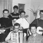 THE BLUE BIRDS ca. 1960 repetitie in de huiskamer van de fam. Swinkels aan de Van Leeuwenstraat 4 te Boxtel vlnr (achter): Jo van Esch (†) - Cor Stans - Tonny v.d. Heijden - Riny Swinkels voorgrond: Sjaak v. Tright (accordeon) - Tonnie Swinkels