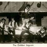THE GOLDEN JAGUARS 1963 - vlnr: Peter Tönjes, Rob Meesters, Peter Hulscher, Nino van der Sluys en boven drummer Peter Axt