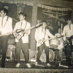 THE HOT STRINGS in Bernhards Eck, Hanau 1961. vlnr: Eddy Lemmers, Albert van Haasen, Willy van Haasen, Karel Broekhuysen en Ronny Keyner