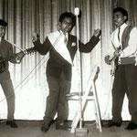 The Rocking Boys (1960) - eerste optreden op de 'bonte avond' van voetbalclub Cluzona in de Wouwse Kunstkring. L-R: Evert Solisa, Jan Makatita en Wim Makatita.