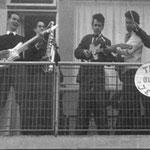 THE BLUE JEANS Foto gemaakt op het balkon van het nieuwe huis van de familie Legand in Breda Noord. vlnr: Rein Klooster - Jac Bastiaansen - Ruud Stormer - ? (git.) - Paul Legand