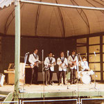 THE FASCINATIONS (Apeldoorn) - podium op speelveld voerbalclub AGOVV