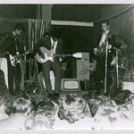 THE ROCKING STRINGS - 1961 talentenjacht Oosterhonk in Amsterdam - vlnr: .Appie Siever, Jonky Pellupessy, Paul Pattinama (drums), Ed Wannee en Bob Oosterzee