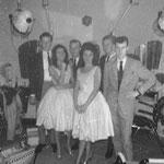 The Young Sisters in kapsalon v.d.Broek tijdens de Braderie Breukelsestraat in Boxtel. ca.1961  Achtergrond v.l.n.r. Willie Steenbakkers - Jo v. Esch (†) - Rob Koelink - Riny Swinkels.
