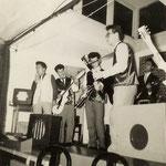 THE METEORS optreden bij Wasserij De Valk ca. 1958) vlnr: Danny Huffenreuter, George ?, Steven Oei, Hans d'Hollosy, Huib Liauw