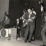 THE JAVELINS begin 1961 vlnr: Boet Saija - Ronnie Geiger - Ronny Flohr - Ronnie Jongbloeds (Wouter Ott en Turry Thurnim staan achter Ronny Flohr) (Popcollectie Henk Feij)
