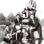 THE BLACK ACES (1965-1966) vlnr: Boy Kneefel, Daan Nolten, Edu Wilten, Ronny Donkers. Liggend: Willem van Meegen. Boven: Harry Noordhof (RIP).