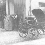 Jakob Stadler mit Ehefrau Rosa geb. Müller mit Verpackungskisten für Klavier und der Ausflugskutsche auf dem Betriebsgelände Duttweilerstraße vor 1910