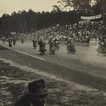 Motorradrennen vor den Zuschauertribünen des alten Hockenheimrings