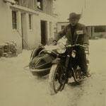 Günter Stadler mit Beiwagen-Maschine im elterlichen Anwesen