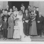 Hochzeitsgesellschaft Sprißler vor der Kirche, Appel Heinrich, Kegel Magareta, Hildegunde Sprißler und Gerda Spanier, Alois Spanier