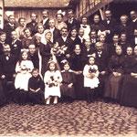 Hochzeitsgesellschaft Kästel Alois und Josephine geb. Grundhöfer; Adam Anton, Jean Grundhöfer, Schneider Karl (später Bürgermeister),