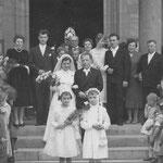 Hochzeitsgesellschaft Maria Weber vor Geinsheimer Kirche; Weber Fritz, Frau Wechtler, Weber Armanda,