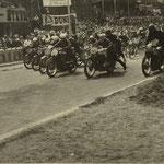 Anschieben der Motorräder zum Start auf dem alten Hockenheimrings