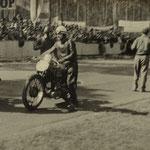 Anschieben der Motorräder zum Start auf altem HockenheimringZuschauer