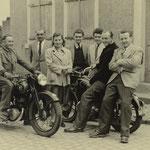 Im Vordergrund Otto Funk auf; im Hintergrund Familie Franz Gruber, Artur Weisbrod, Erich Weber und Günter Stadler