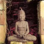 Euro 1.200 Buddha, Höhe 72cm,gebrannter Ton, eingelegte Edelsteine, in einer Grotte in Remsfeld