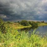 Dreigende wolken boven natuurgebied De Kraanlanden bij de Veenhoop.