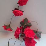 guirlande de roses rouges en papier crépon