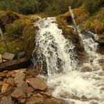 ...viel Wasser kommt aus dem Berg